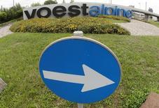 Логотип Voestalpine на заводе компании в Линце 5 августа 2014 года. Австрийская металлургическая компания Voestalpine поставит 120.000 тонн листовой стали к весне 2015 года для трубопровода Южный поток из РФ в Европу, говорится в опубликованном в пятницу сообщении компании. REUTERS/Heinz-Peter Bader