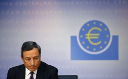 El presidente del BCE, Mario Draghi, habla con los medios en una conferencia en Frankfurt, 4 septiembre, 2014. Una caída en las inversiones y una baja en los inventarios mantuvo plano el Producto Interno Bruto de la zona euro en el segundo trimestre frente a los tres meses anteriores, pese a un aumento del consumo de los hogares y una contribución positiva del comercio, mostraron datos el viernes. REUTERS/Kai Pfaffenbach