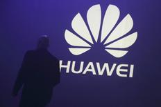 Un hombre pasa frente al logo de Huawei en la presentación de uno de sus smartphones en Paris. Imagen de archivo, 7 mayo, 2014. Huawei Technologies Co Ltd lanzó el viernes una serie de nuevos dispositivos que pone en relieve el hardware de la compañía china días antes de que Apple Inc presente su esperado iPhone 6 el 9 de septiembre. REUTERS/Philippe Wojazer