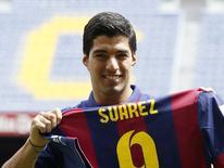 Atacante do Barcelona Luis Suárez posa com a camisa do time espanhol. 19/08/2014 REUTERS/Gustau Nacarino