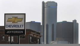 El símbolo de Chevrolet en una concesionaria en la calle de la sede de General Motors en Detroit, en Estados Unidos. General Motors Co introducirá en dos años su primer auto con capacidad de comunicarse con otros vehículos, con el fin de evitar accidentes y aliviar la congestión del tráfico, dijo el domingo la presidenta ejecutiva de la automotriz, Mary Barra. 2 de abril de 2014. REUTERS/Rebecca Cook