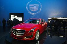 Une Cadillac CTS modèle 2014. General Motors présentera en 2016 sa première voiture capable de communiquer avec d'autres véhicules pour éviter les accidents et fluidifier la circulation, et prévoit également dans deux ans de proposer une technologie avancée permettant de conduire sans les mains dans certaines situations. /Photo prise le 26 mars 2013/REUTERS/Lucas Jackson