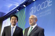 El primer ministro japonés, Shinzo Abe, posa junto al secretario general de la OECD, Angel Gurria, en una reunión ministerial de la Organización para la Cooperación y el Desarrollo Económico en París. Imagen de archivo, mayo 2014. El impulso de crecimiento en la mayoría de las grandes economías es estable, aunque Alemania está mostrando señales de desaceleración y las perspectivas de expansión económica de Japón están empeorando, dijo el lunes la Organización para la Cooperación y el Desarrollo Económico (OCDE). REUTERS/Philippe Wojazer