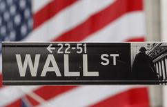 Wall Street a ouvert en légère baisse lundi, en l'absence de catalyseur pour poursuivre le mouvement haussier de ces cinq dernières semaines qui a porté le Dow Jones et le Standard & Poor's 500 à des niveaux records. L'indice Dow Jones perd 0,09% dans les premiers échanges et le S&P-500, plus large, recule de 0,09%. Le Nasdaq Composite, à forte pondération technologique, avance de 0,08%. /Photo d'archives/REUTERS/Chip East