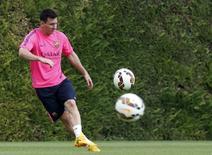 Lionel Messi durante treino do Barcelona na Ciutat Esportiva Joan Gamper. 17/08/2014 REUTERS/Gustau Nacarino