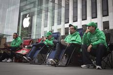 People line up outside the Apple Store in advance of an Apple special event, in the Manhattan borough of New York September 9, 2014.    REUTERS/Carlo Allegri