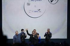 O CEO da Apple Tim Cook ao lado do cantor Bono Vox e da banda U2 durante um evento da Apple que anunciou  o lançamento do iPhone 6 e do relógio da Apple no Flint Center em Cupertino, California. 09/09/2014. REUTERS/Stephen Lam