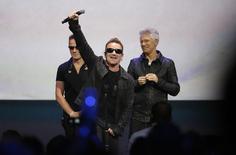 U2 на презентации Apple в Купертино 9 сентября 2014 года. Ветераны рок-сцены - группа U2 презентовала во вторник новый альбом на мероприятии Apple Inc, посвященном выходу новых гаджетов, и сделала его бесплатным для полумиллиарда пользователей сервиса iTunes. REUTERS/Stephen Lam