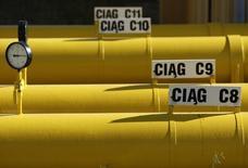 Трубы на газокомпрессорной станции под Варшавой 13 октября 2010 года. Польская государственная газовая компания PGNiG заявила в среду, что наблюдает снижение поставок газа от российского Газпрома с начала недели. REUTERS/Kacper Pempel