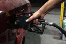 Автомобиль на АЗС в Каире 5 июля 2014 года. Цены на нефть Brent обновили 16-месячный минимум из-за опасений за мировое потребление. REUTERS/Asmaa Waguih