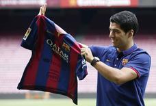 Atacante Luis Suárez em apresentação oficial no estádio do Barcelona. 19/08/2014 REUTERS/Gustau Nacarino