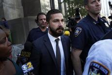Ator Shia LaBeouf deixa tribunal em Manhattan nesta quarta-feira.  REUTERS/Mike Segar