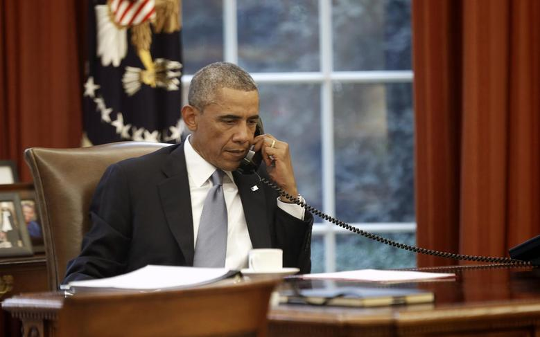 U.S. President Barack Obama speaks on the phone with Saudi King Abdullah from the  Oval Office of the White House in Washington September 10, 2014. REUTERS/Kevin Lamarque