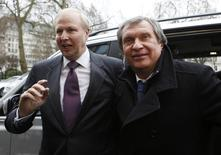 Глава  BP Боб Дадли (слева) и глава Роснефти Игорь Сечин у штаб-квартиры BP в Лондоне 21 марта 2013 года. США и Евросоюз намерены запретить крупнейшим нефтяным компаниям участвовать в разведке новых месторождений в России, сообщили источники в правительстве США. REUTERS/Olivia Harris