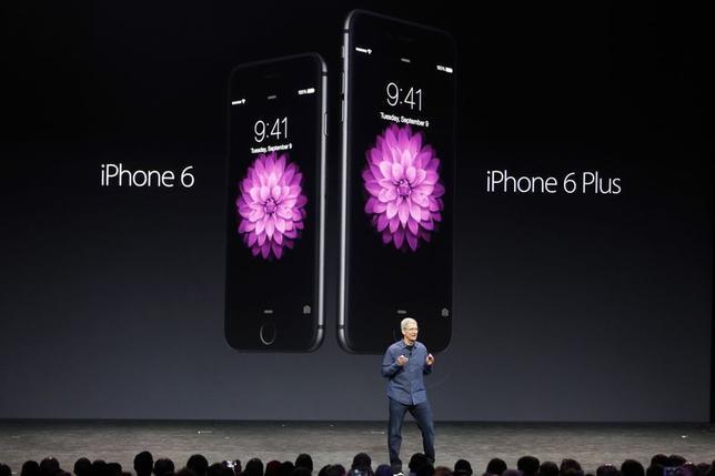 9月10日、米アップルは、新型スマホ「iPhone6」の画面にサファイアガラスの搭載を見送り、多くの消費者をがっかりさせた。だが、同素材は徐々にモバイル端末に浸透しつつある。米カリフォルニア州で開催されたアップルイベントで9日撮影(2014年 ロイター/Stephen Lam)