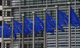 Флаги Евросоюза у здания Еврокомиссии в Брюсселе 10 сентября 2014 года. Послы государств-членов Европейского союза не смогли решить, вводить ли новые санкции против России за ее роль в конфликте на Украине, и проведут переговоры в четверг, сообщили европейские дипломаты. REUTERS/Yves Herman