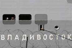 Рабочие на вертолетоносце класса Mistral на верфи в Сен-Назере 4 сентября 2014 года.  Соединенные Штаты прикладывают усилия к тому, чтобы Франция окончательно отказалась от продажи России двух десантных вертолетоносцев типа Mistral, поставка первого из которых была приостановлена из-за кризиса на Украине. REUTERS/Stephane Mahe