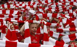 """Болельщики """"Арсенала"""" перед матчем чемпионата Англии против """"Портсмута"""" в Лондоне 22 августа 2009 года. REUTERS/Eddie Keogh"""