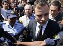 Atleta olímpico e paralímpico sul-africano Oscar Pistorius deixa tribunal em Pretória. 12/09/2014  REUTERS/Siphiwe Sibeko