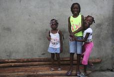"""Unas niñas en el vecindario de """"La Playita"""" en la ciudad pobre de Buenaventura. Imagen de archivo, 21 mayo, 2014. Recibieron amenazas de muerte, fueron expulsadas de sus casas y viven en medio de las luchas territoriales de los narcos, pero nada logró detener a un grupo de derechos humanos colombiano que fue premiado este año por la agencia de refugiados de la ONU. REUTERS/John Vizcaino"""
