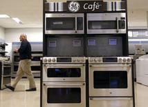 Unos equipos de cocina a la venta en una tienda de Sears en Schaumburg, EEUU, sep 8 2014. Las ventas minoristas de Estados Unidos subieron en agosto en forma generalizada mientras que la confianza del consumidor alcanzó en septiembre un máximo en 14 meses, lo que debería aliviar preocupaciones sobre el gasto del consumidor y respaldar expectativas de un sólido crecimiento en el tercer trimestre.  REUTERS/Jim Young