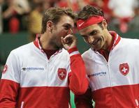 Tenistas suíços Roger Federer e Stanislas Wawrinka antes do duelo com a Itália pela Copa Davis. 12/09/2014 REUTERS/Pierre Albouy