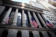Wall Street risque de vaciller encore cette semaine si, comme on s'y attend, la Réserve fédérale fait comprendre que les jours des taux d'intérêt proches de zéro sont désormais comptés. /Photo prise le 4 août 2014/REUTERS/Carlo Allegri