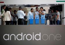 """Unas personas miran celulares Android One luego de su lanzamiento en Nueva Delhi, 15 septiembre, 2014.  Google Inc lanzó el lunes en India un teléfono inteligente de 105 dólares, el primer dispositivo de su iniciativa """"Android One"""", que tiene por objetivo impulsar las ventas en mercados emergentes clave a través de precios más económicos y un software de mejor calidad. REUTERS/Anindito Mukherjee"""