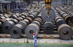 Un empleado en una acerera en Handan, China, ago 13 2014. Datos que mostraron que la economía china perdió fuerza rápidamente en agosto llevaron a algunos economistas el lunes a reducir sus pronósticos de crecimiento para el 2014 en ese país. REUTERS/Stringer