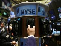 Трейдер на торгах Нью-Йоркской фондовой биржи 5 сентября 2008 года. Уолл-стрит завершила торги понедельника разнонаправленно: технологический индекс Nasdaq пережил худшую сессию с июля, а S&P 500 практически не изменился на фоне ожиданий инвесторами выхода Alibaba на биржу в конце недели.  REUTERS/Shannon Stapleton