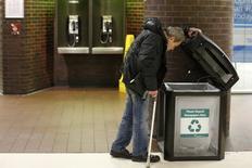 Un desamparado busca materiales reciclables en un basurero en la terminal de autobuses Port Authority en Nueva York, mar 22 2014. El ingreso medio de las personas en Estados Unidos se mantuvo estable en 51.939 dólares en el 2013 respecto al año previo, según datos del Gobierno estadounidense publicados el martes.  REUTERS/Eduardo Munoz