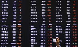 Табло с котировками на Токийской фондовой бирже 19 марта 2013 года. Азиатские фондовые рынки, кроме Японии, выросли в среду за счет подъема на американских рынках накануне и новостей из Китая. REUTERS/Yuya Shino