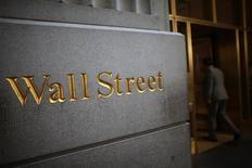 Un grabado de Wall Streer cerca de la Bolsa de Nueva York . Imagen de archivo, 15 junio, 2012. Las bolsas europeas subían en las primeras operaciones del miércoles, siguiendo la dirección de un repunte de Wall Street avivado por un reporte que modificó en parte las expectativas de los inversores sobre la posición de la Reserva Federal de Estados Unidos que se conocerá más tarde en la sesión. REUTERS/Eric Thayer