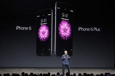 El CEO de Apple, Tim Cook, presenta el nuevo iPhone 6 y iPhone 6 Plus durante una ceremonia en el Flint Center en Cupertino. Imagen de archivo, 09 septiembre, 2014. Mientras más grande, mejor. Apple finalmente se dio cuenta de eso y le dio a los usuarios del iPhone un producto que según los críticos podrá tener poco de novedoso pero que cuenta con muchas mejoras. REUTERS/Stephen Lam
