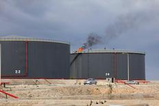 Vista de tanques de armazenamento de petróleo em refinaria de Zawia, perto de Trípoli. 18/12/2013 REUTERS/Ismail Zitouny