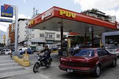 Una gasolinera de PDVSA en Caracas, ago 29 2014. Hess Corporation y la petrolera estatal venezolana PDVSA[PDVSA.UL] encontraron un comprador interesado en su refinería Hovensa con capacidad para 350.000 barriles de petróleo por día en las Islas Vírgenes, dijeron el miércoles fuentes cercanas al negocio que confirmaron un reporte local.  REUTERS/Carlos Garcia Rawlins