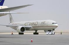 La compagnie des Emirats arabes unis Etihad Airways aura levé environ deux milliards de dollars (1,55 milliard d'euros) sur l'ensemble de cette année pour financer ses prises de participations et ses achats d'avions. /Photo d'archives/REUTERS/Ben Job