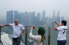Visitantes tiram foto de Cingapura antes do fim de semana do GP de Fórmula 1. 18/09/2014 REUTERS/Edgar Su