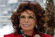 Atriz Sophia Loren posa para fotos no Festival de Cannes. 21/05/2014 REUTERS/Eric Gaillard