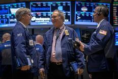 Unos operadores en el parqué de Wall Street en Nueva York, sep 17 2014. Las acciones subían el jueves en la bolsa de Nueva York, con el índice S&P 500 tocando un máximo histórico un día después de que la Reserva Federal renovó su compromiso de mantener bajas las tasas de interés. REUTERS/Brendan McDermid