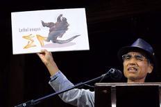 """Kiyoshi Mabuchi de Japón acepta el Premio de Física por su estudio """"Coeficiente de Fricción bajo una Cáscara de Banana"""" en la ceremonia anual 24 de entrega de los Premios Ig Nobel en la Universidad de Harvard en Cambridge, Massachusetts. 18 septiembre, 2014. Los premios anuales, que buscan entretener y alentar la investigación e innovación a nivel global, son otorgados por los Anales de Investigaciones Improbables son una versión divertida de los Premios Nobel que serán entregados el próximo mes. REUTERS/Brian Snyder"""