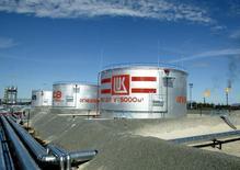 НПЗ Лукойла в Когалыме 7 июля 2004 года. Крупнейшая в РФ частная компания Лукойл, подпавшая под санкции США, планирует снизить инвестиции в следующем году, не ожидая роста мировых цен на нефть, и удержать текущий объём добычи сырья. REUTERS/Viktor Korotayev