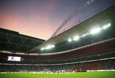 Inglaterra e Noruega se alinham para hinos nacionais antes de amistoso em Wembley. 03/09/2014  REUTERS/Eddie Keogh