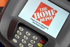 Home Depot est une des valeurs à suivre vendredi à Wall Street. La chaîne de magasins de bricolage a déclaré que des données attachées à 56 millions de cartes de paiement avaient vraisemblablement été volées lors d'une intrusion dans les systèmes de paiement sécurisés de ses magasins aux Etats-Unis et au Canada. /Photo d'archives/REUTERS/Beck Diefenbach