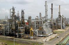Imagen de archivo de la refinería de petróleo de Cartagena, Colombia, ago 24 2006. La petrolera colombiana Ecopetrol apunta a una producción de un millón de barriles por día en el 2015, por encima de la meta de este año, que ha sido obstaculizada por los ataques de la guerrilla izquierdista contra la red de oleoductos, dijo el viernes una funcionaria de la empresa. REUTERS/Fredy Builes