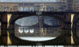 Pessoas atravessam ponte em Florença, na Itália. 20/11/2011.  REUTERS/Giampiero Sposito