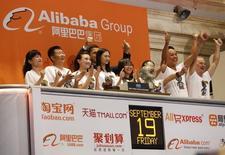 Representantes de Alibaba aplauden al inicio de operaciones del mercado en la bolsa de Wall Street en Nueva York, sep 19 2014. Las acciones de Alibaba Group Holding Ltd se dispararon el viernes más de un 40 por ciento en su debut en la Bolsa de Nueva York, con inversores deseosos de participar en lo que parece ser la mayor Oferta Pública Inicial de la historia y de beneficiarse con el consumo de la creciente clase media de China.   REUTERS/Lucas Jackson