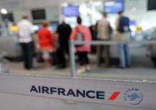 Passengers wait at check-in counters during Air France one-week strike at Marseille airport September 19, 2014. REUTERS/Jean-Paul Pelissier