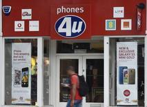 EE, le premier opérateur mobile britannique, a conclu le rachat de 58 boutiques du réseau Phones 4u pour un montant de 2,5 millions de livres (3,2 millions d'euros), le revendeur de téléphonie mobile ayant déposé son bilan la semaine prochaine. /Photo prise le 15 septembre 2014/REUTERS/Toby Melville