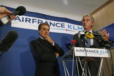 Chairman and CEO of Air France-KLM Alexandre de Juniac (L) and Air France CEO Frederic Gagey (R) attend a news conference in Paris on the second week of a strike by Air France pilots September 22, 2014.   REUTERS/John Schults